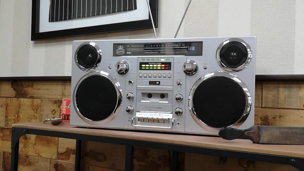 Un poste de radio old-school chez Prime Cuts Metz